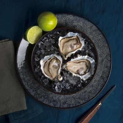 Assiette avec des huîtres et des citrons verts